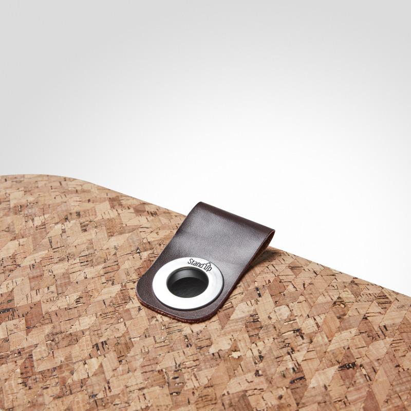 Matting Office Wellness - StandUp Cork, en vegansk ståmatta, helt PVC-fri. Närbild på detalj och öljett.