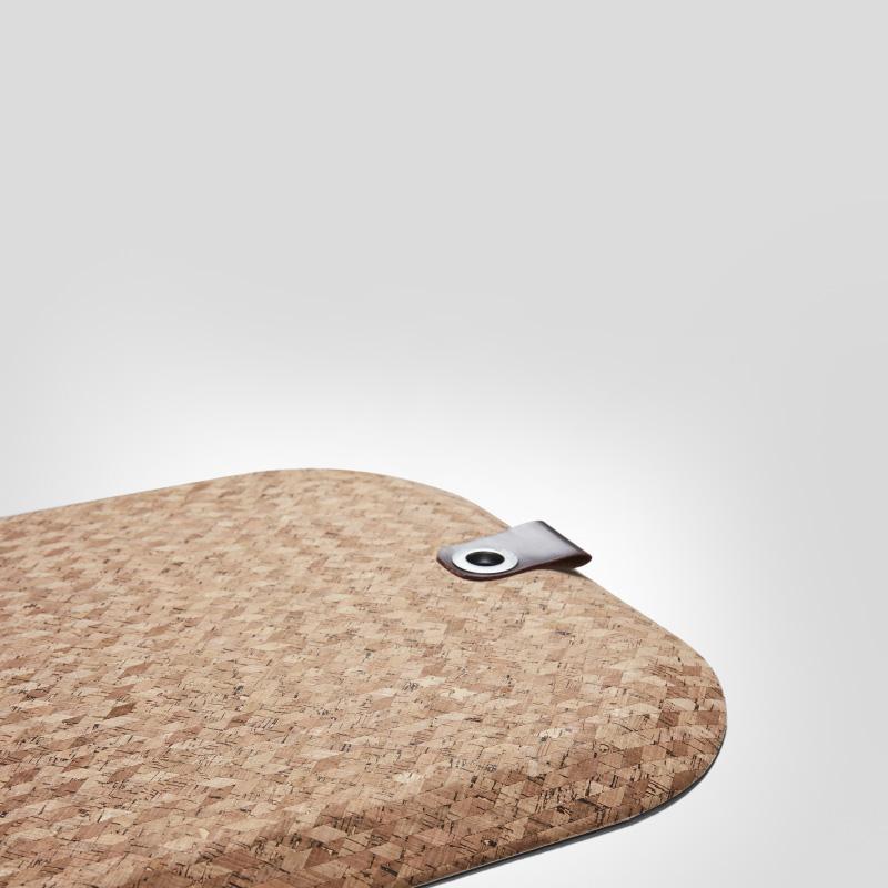 Matting Office Wellness - StandUp Cork, en vegansk ståmatta, helt PVC-fri. Snett ovanifrån, visar stora delar av mattan samt skinndetalj och öljett, för upphängning.