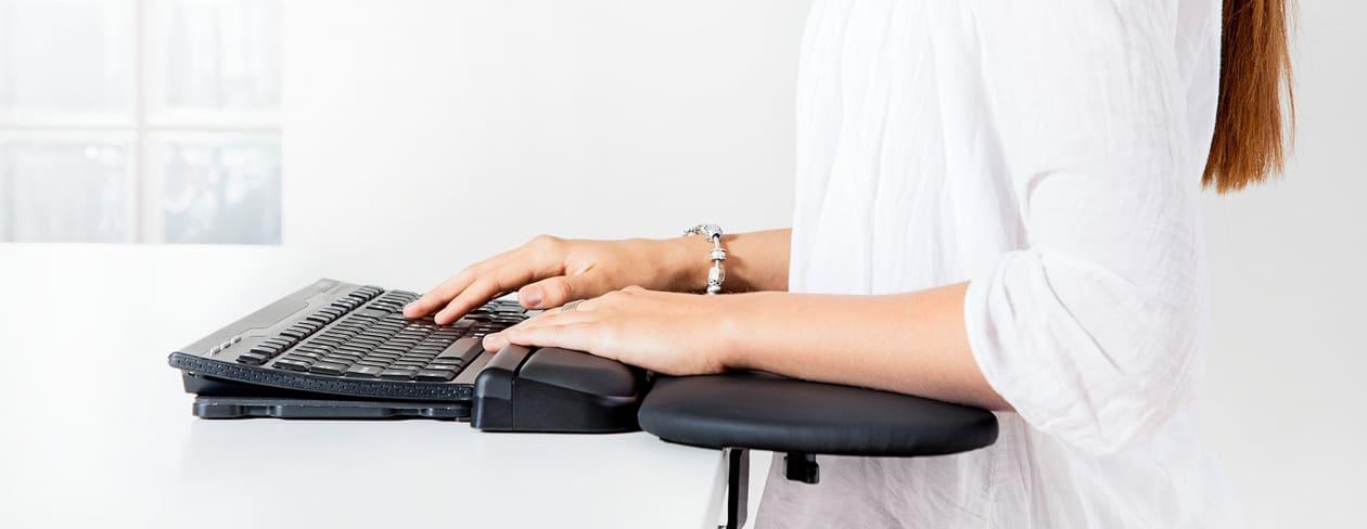 Jobmate rullstav, trådbunden, med underarmsstöd och tangentbord.