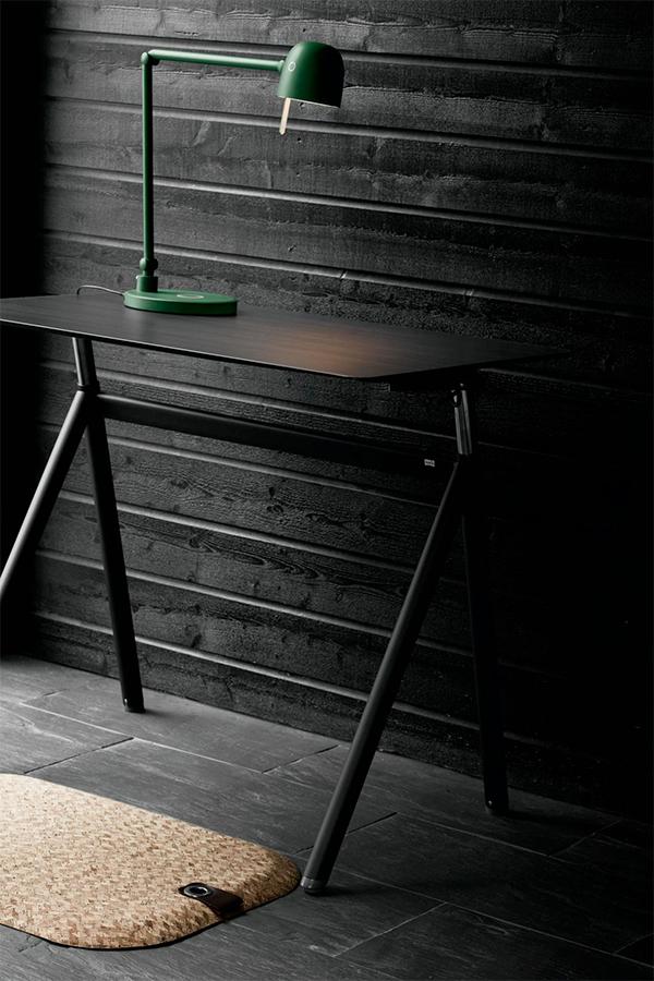 Office Wellness - StandUp Desk med skiva Black Wood. här också med StandUp Cork och LightUp NEOS.