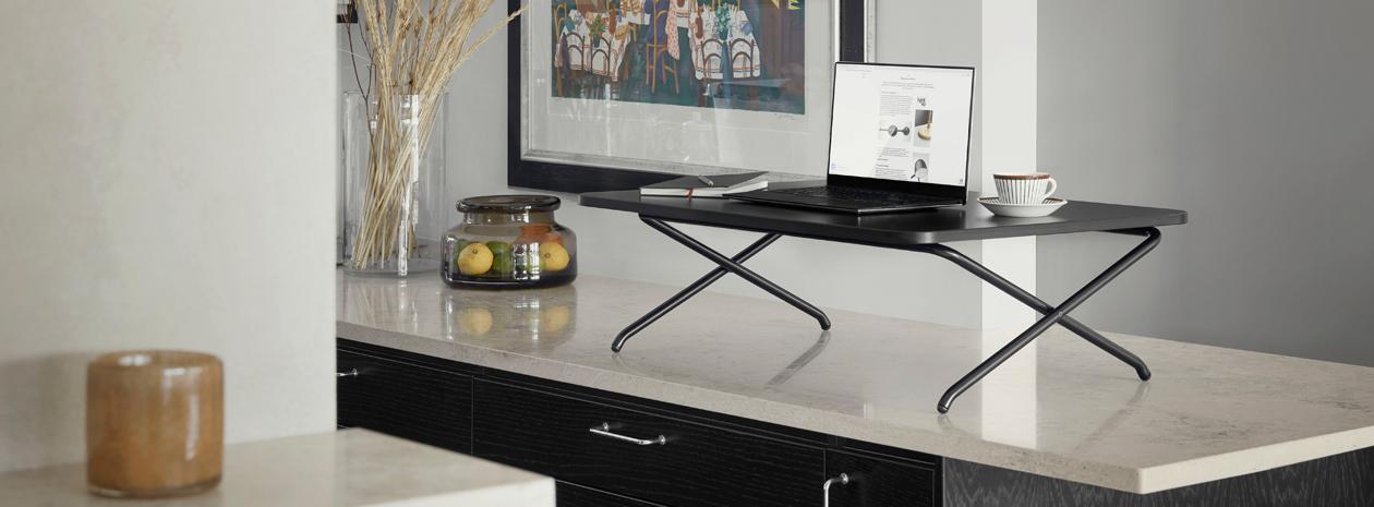 StandUp Minidesk, ett nätt, portabelt, manuellt höj- och sänkbart bord framtaget för hemarbetsplatsen.