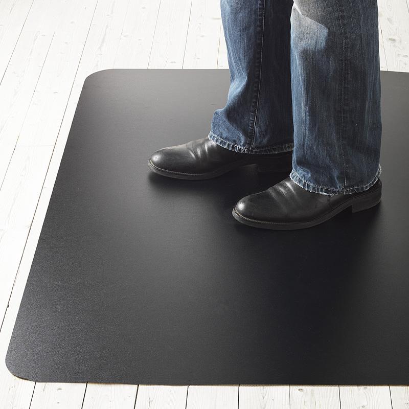 Stolsunderlägget Yoga Sitt och Stå är en kombination av golvskydd och en ergonomisk avlastande arbetsplatsmatta, 521005